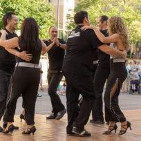 Nuestro grupo de baile de exhibición bailando una Rueda de salsa